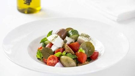 Σαντορινιά σαλάτα στο «Tudor Hall»