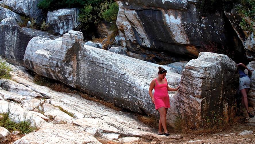 Ο ξαπλωμένος Κούρος κοντά στις Μέλανες αξίζει την επίσκεψη