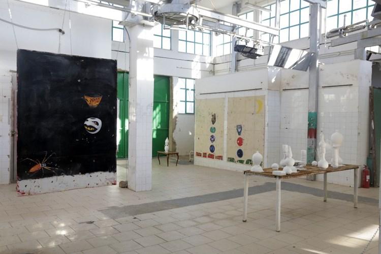 Installation view | Paulo Nimer Pjota, «Θραύσματα εικόνων, θραύσματα ιστοριών», Παλιά Σφαγεία Χίου © Stratis Vogiatzis, courtesy DEO projects