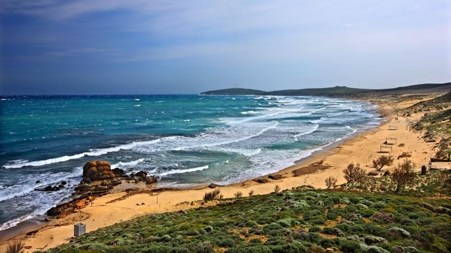 Το γοητευτικά άγριο φυσικό τοπίο εναλλάσσεται με τις οργανωμένες αμμουδερές παραλίες