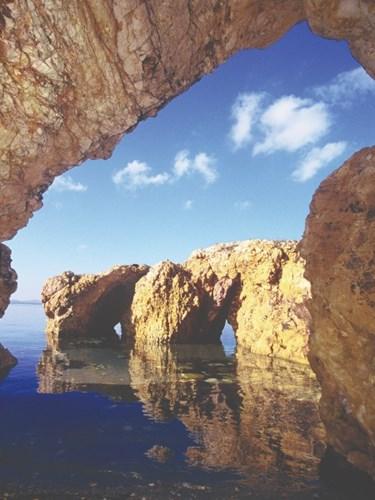 Μια από τις πιο ξεχωριστές βουτιές στην ατμοσφαιρική Σπηλιά του Φιλοκτήτη