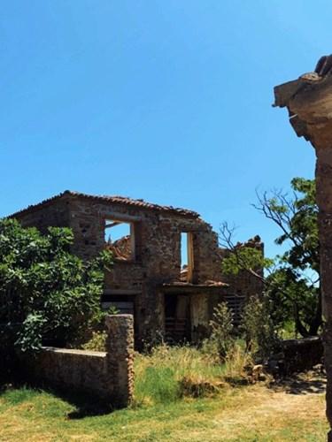 To Πεδινό μπορεί να καταστράφηκε από τους σεισμούς του 1968, ωστόσο, τα τελευταία χρόνια, τα σπίτια του ατμοσφαιρικού χωριού ανακατασκευάζονται.